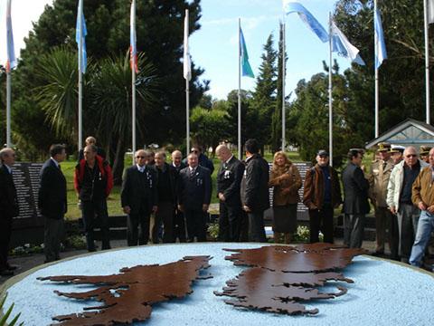 Veteranos frente al Cenotafio