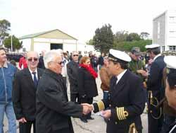 Socio Juan Gozalez recibiendo la medalla de manos del Jefe de la fuerza submarino