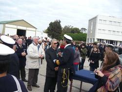 Vicepresidente recibiendo medalla operaciones en combate